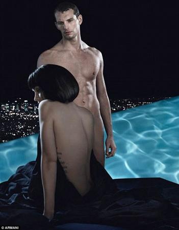 Актриса рекламирует парфюм, расположившись у бассейна вместе с прекрасным незнакомцем. Фото: Armani