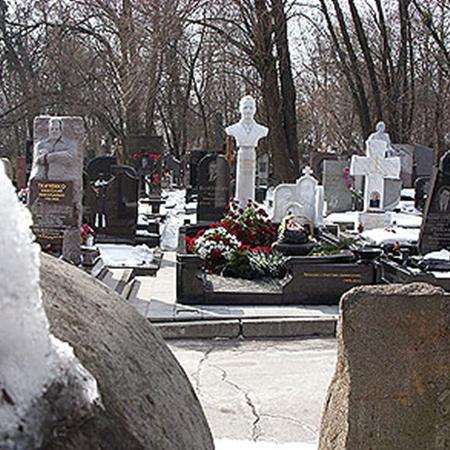 К могиле Юрия Кравченко подходили люди и клали цветы.