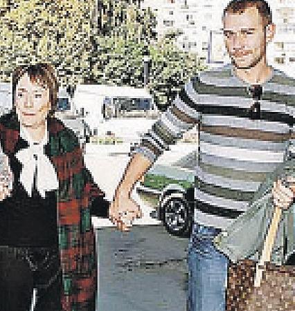...а такой ее увидели в России, куда она в 2006-м приехала на съемки сериала «Воротилы» - как выяснилось, там ей было суждено сыграть одну из последних ролей. (Справа - ее друг и помощник Валерий Баборико.)