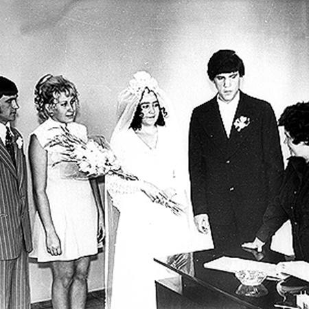 Свадьбу молодые сыграли в 1975 году.