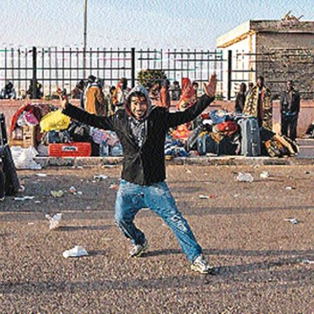 Сцена в Египте на границе с Ливией: «Сами мы не местные, беженцы мы. Дай 20 долларов - и станцую, и про Каддафи всю правду, какую захочешь, расскажу».