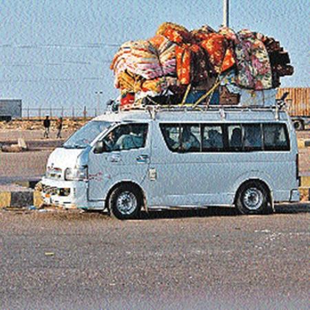 Так беженцы везут из Ливии в Египет свой скарб. От грабежей подальше.