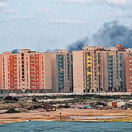 Так снимают «бомбежку жилых кварталов». На самом деле это ливийские подростки по просьбе западных журналистов подожгли во дворах автопокрышки.