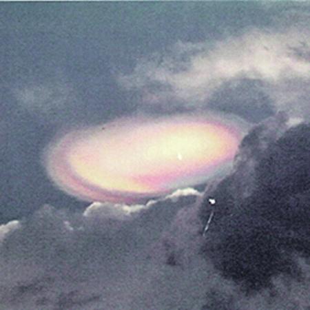 «Шри-ланкийский пончик»: офицер ВВС Великобритании в отставке сфотографировал это странное явление в 2004 году на Шри-Ланке. Снимок отослал начальству базы ВВС в графстве Йоркшир. Увиденное он описал как «кольцо, похожее на пончик… оранжевого цвета, через него проходит что-то вроде пальца белого/кремового цвета, его конец светится оранжевым. За пончиком - второе цветное облако». Фото АП.