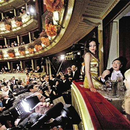Забыв про звезд первой величины, журналисты бросились снимать скандальную танцовщицу Руби (на фото она сидит на краю ложи, которую выкупил австрийский магнат Ричард Лагнер - тот самый старичок справа от нее, который не может оторвать взгляда открасавицы). Фото РЕЙТЕР.