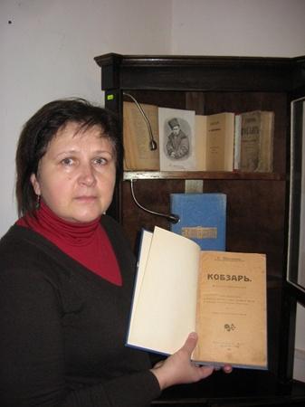 Ольга Резниченко показывает редкие издания «Кобзаря» из коллекции Литературного музея. Фото автора и из архива