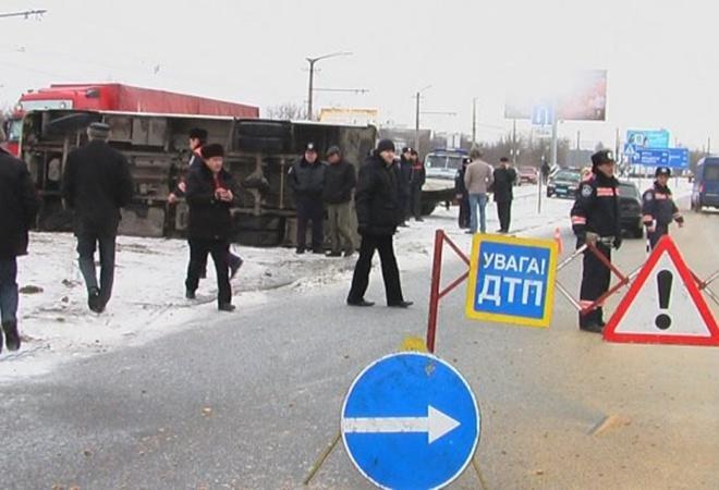 В Симферополе, в перевернувшемся  из-за гололеда автобусе,пострадали 16 человек фото
