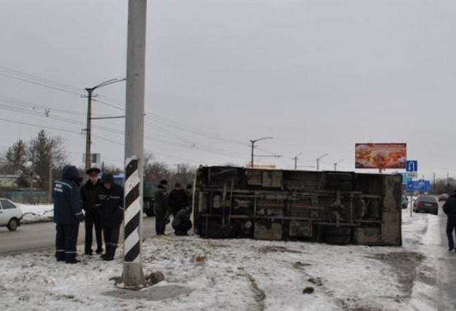 В Симферополе, в перевернувшемся  из-за гололеда автобусе,пострадали 16 человек фото 1