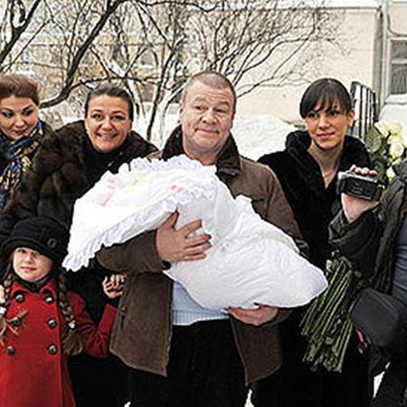 Селин, его сын Прохор (крайний справа), партнеры по съемкам Алексей Нилов (крайний слева) с женой и актриса Анастасия Мельникова (третья слева) с дочкой встретили из роддома молодую жену актера (вторая справа) и их новорожденную Машеньку. Фото PHOTOXPRESS.