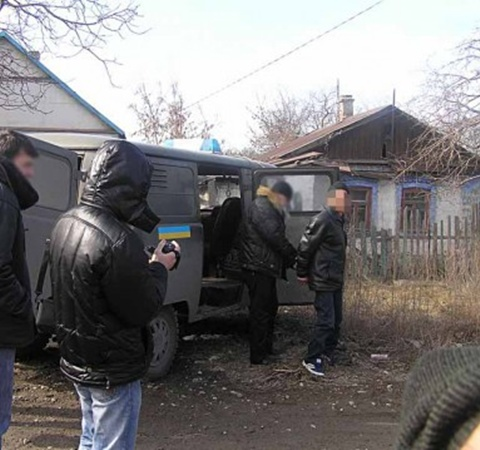 Сотрудники милиции привезли подозреваемого на место преступления. Фото: 0629.