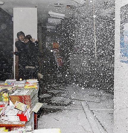 Землетрясение застало посетителей книжного магазина в Сендай. Фото АП.