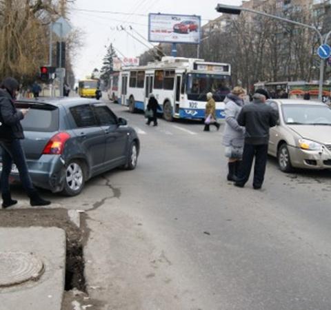 Движение транспорта на перекрестке затруднено. Фото: 0629.