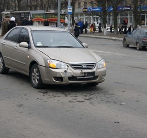 Единственным пострадавшим в этом ДТП оказалась только передняя часть автомобиля Kia. Фото: 0629.