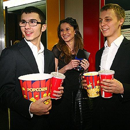 К сеансу сыновья нардепа Шуфрича - младший Нестор и старший Александр (справа, в центре - его девушка) - подготовились основательно.
