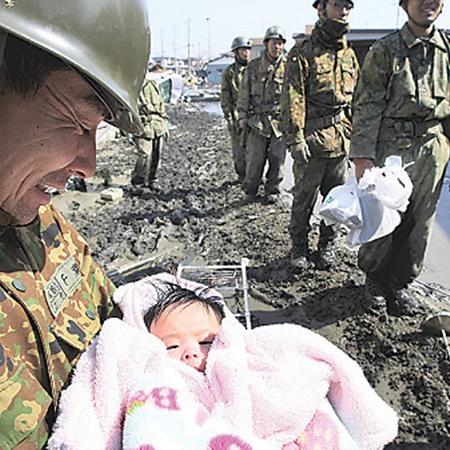 На ликвидацию последствий стихии брошены 50 тысяч солдат японских сил самообороны.