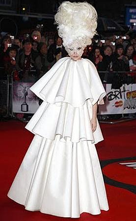 В этом платье от Сконьямильо Леди Гага тусовалась на Brit Awards 2010.