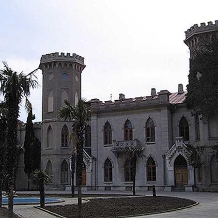 Замок князя Голицына - он же санаторий «Ясная Поляна». Фото vkrimea.blogpost.com.