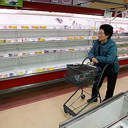В магазинах вмиг опустели полки с продуктами - подвоза товара нет.