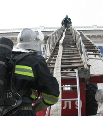 Подача ствола к условному пожару на втором гостиничного комплекса. Фото Максима ГОЛОВАНЯ