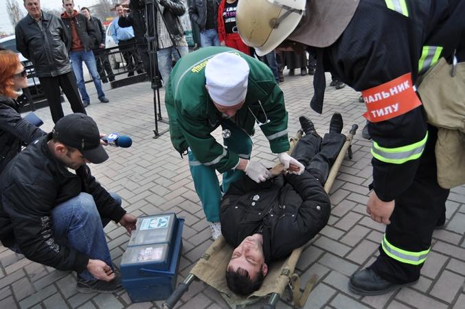 Условно пострадавшего условно спасли. Фото Максима ГОЛОВАНЯ