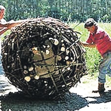 Блок весом в одну тонну, упакованный в прутья, легко перекатывают два-три человека.