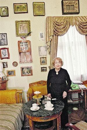 В личном кабинете Натальи Дуровой было много икон, старинной мебели и антикварных вещей.