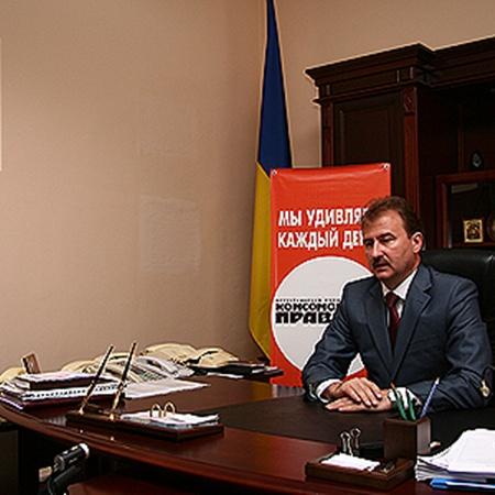 В кабинете у главы города - семь телефонов, один из которых правительственный.