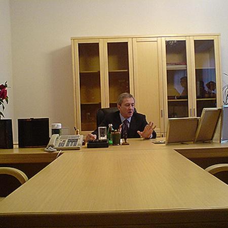 Мэр давно не был в своем кабинете, а в лучшие времена его стол украшали фотографии внучки.