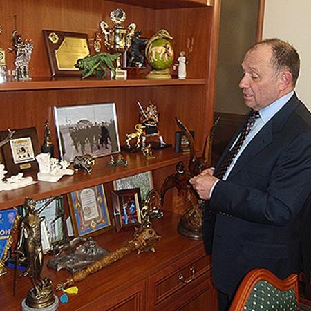 В кабинете у Голубченко десятки охотничьих сувениров и «партийные» часы.