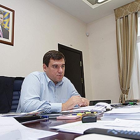 На рабочем столе Руслана Крамаренко - ничего, кроме бумаг.