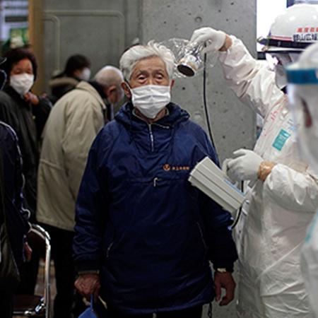 Все японцы, живущие неподалеку от АЭС «Фукусима-1», проходят строгий радиационный контроль. Фото АП.