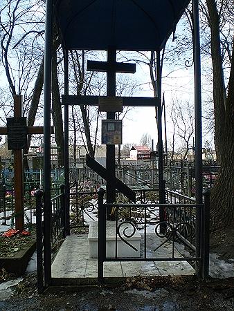 На могиле Андрея Ющинского в Киеве. Подростка, жестоко убитого уголовниками, превратили в святого мученика, чтобы мстить  за него инородцам.