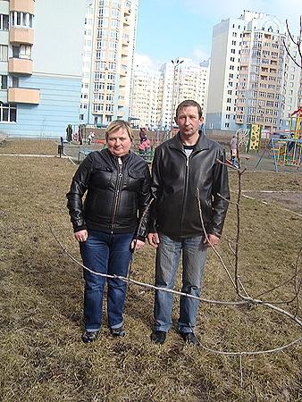 39-летняя Марина и 36-летний Роман получают всего по 2 тысячи гривен, но дорожат своим честным именем.