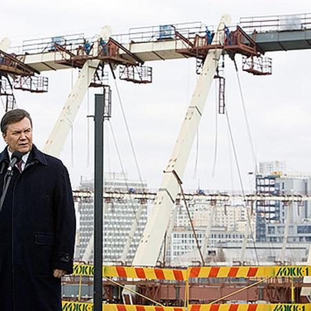 По словам Януковича, точная дата окончания стройки станет известна в мае.