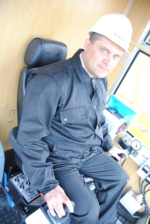 Генеральный директор Центрального ГОКа Павел Тимошенко в кабине нового экскаватора ЭКГ-10 в Петровском карьере.