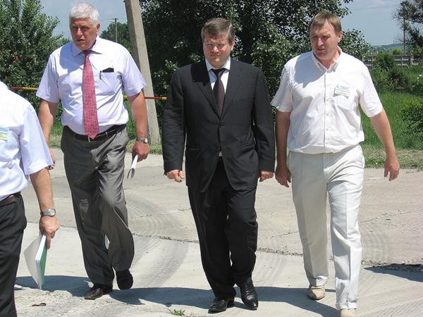 Губернатор области Александр Вилкул (слева) и генеральный директор Леонид Шиман осматривают территорию завода.