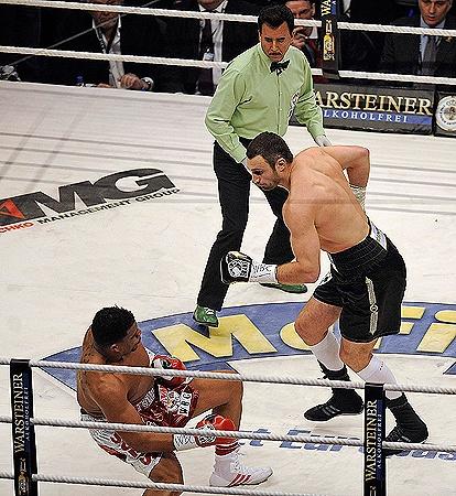 Такой развязки не ждал никто: Солису хватило «тычка» в голову от Кличко, чтобы позорно проиграть в первом раунде.