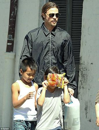 Брэд Питт накупил детям сладостей и чипсов. Фото Splash.