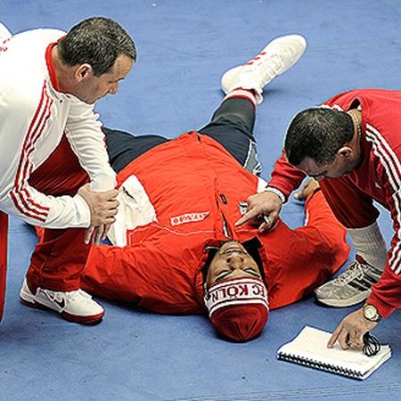 Жуткая травма Солиса (в центре): удалена связка колена, надорван мениск!