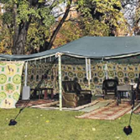 Чтобы не скрывать свою «народность», полковник как истинный бедуин всюду возит с собой вот этот шатер.