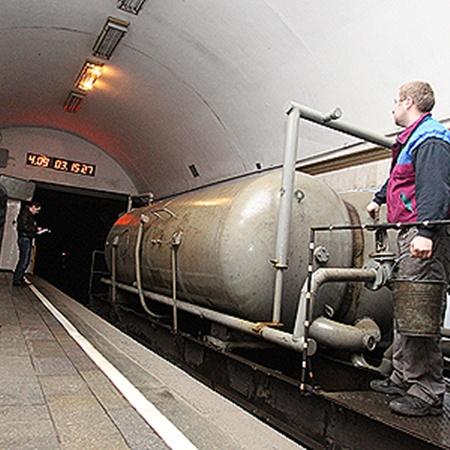 Огромная поливалка моет по ночам тоннели.