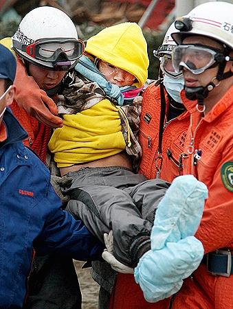 Чудесное спасение 16-летнего подростка и его 80-летней бабушки в городе Ишиномаки вселяет надежду в тех, чьи родственники пропали без вести. Их нашли спустя неделю после землетрясения. Фото АП.
