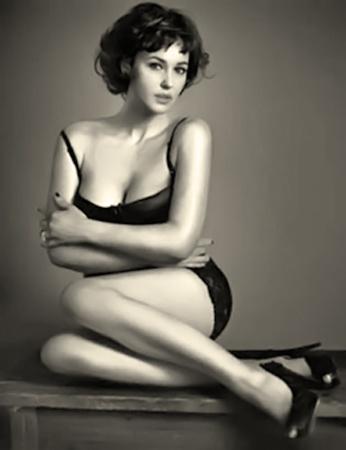 Моника Беллучи всегда гордилась тем, что стала моделью, будучи далекой от илеалов 90-60-90. Фото monicabelluccifan.com.