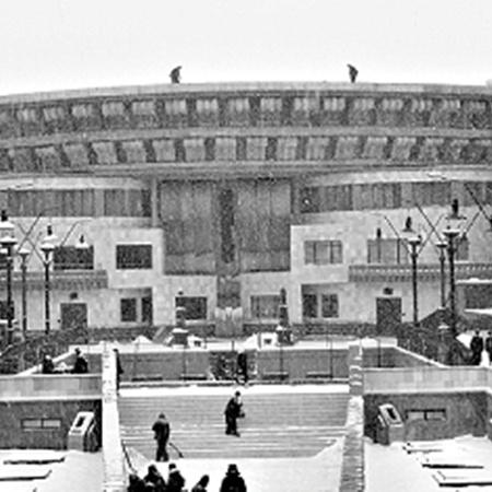 Огромное здание Института сделано из пенопласта. Но на вид его не отличишь от настоящего.