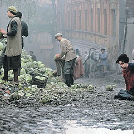 На съемочной площадке - одна из массовых сцен. Действие происходит в Харькове, где работал молодой Ландау. Главный герой (Теодор Курентзис) - сидит на мостовой.