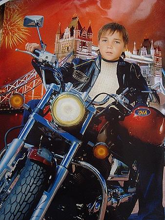 Мальчик мечтал о машине или мотоцикле, поэтому любил этот фотомонтаж больше других снимков.
