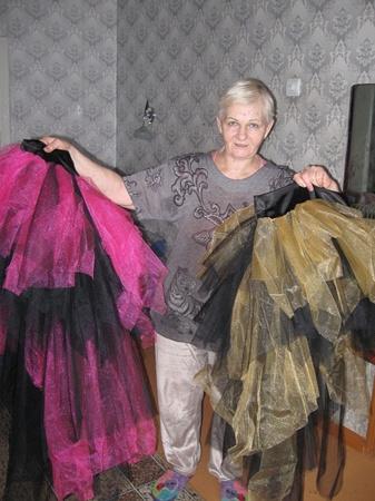 Надежде Матийченко приходится ночами не спать, доводя до ума костюмы юных артисток. Фото Олеси КУЧЕРЕНКО, из семейных архивов семьи КОЛЯДА и Надежды МАТИЙЧЕНКО, а также предоставлено ГУ МЧСУ в Харьковской области.