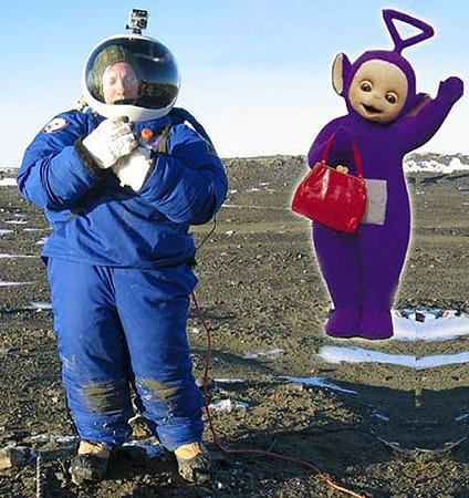 Человек в марсианском скафандре становится вылитым телепузиком.