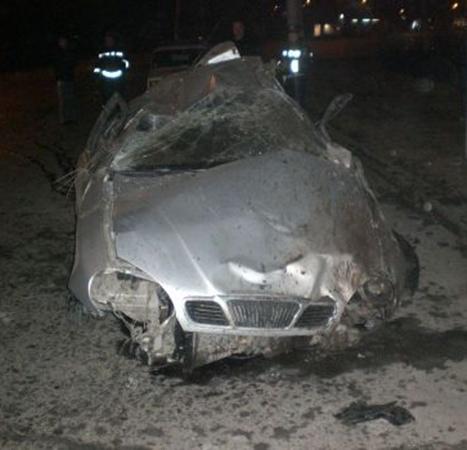 В Луганске «пьяное» «Дэу» врезалось в столб. Фото: lugansk.comments.
