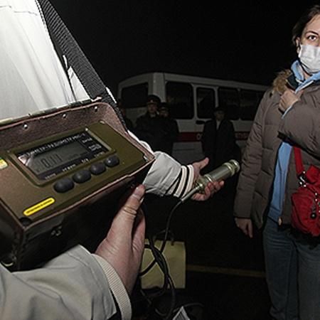 Наш дозиметр показал, что загрязненных радиацией пассажиров на борту самолета нет.